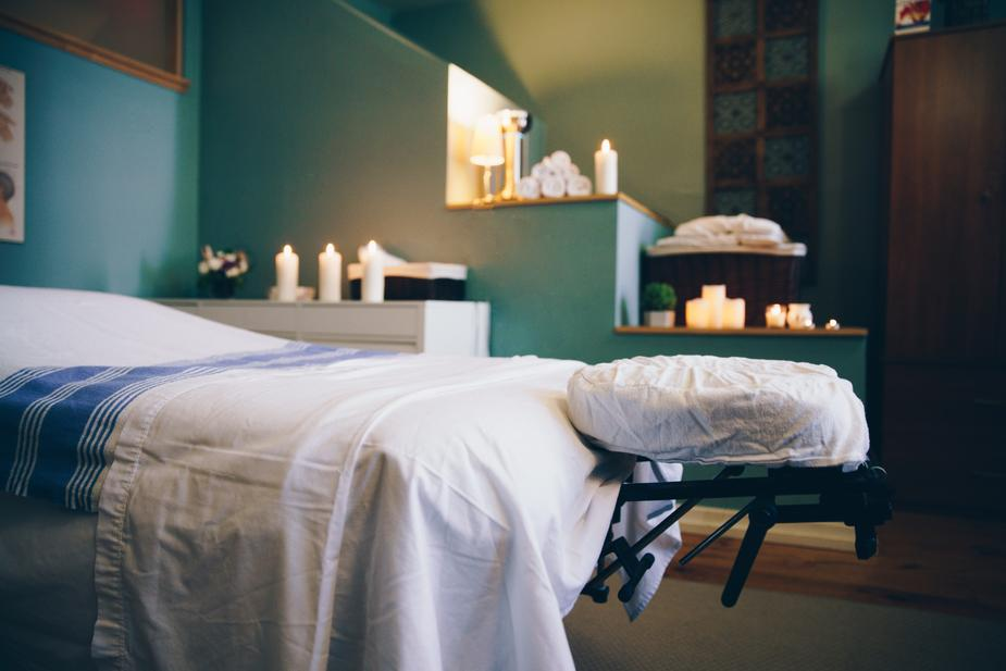 spa-massage-table-room_925x